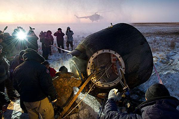 Nhân viên hỗ trợ của Nga giúp các thành viên phi hành đoàn ra khỏi con tàu Soyuz TMA-02M khi con tàu hạ cánh ở Kazakhstan vào ngày 22/11/2011.