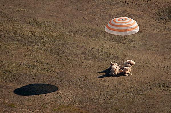 Tàu vũ trụ Soyuz TMA-20 hạ cánh ở Kazakhstan ngày 24/5/2011 đưa ba nhà du hành từ Trạm vũ trụ quốc tế ISS về Trái Đất.