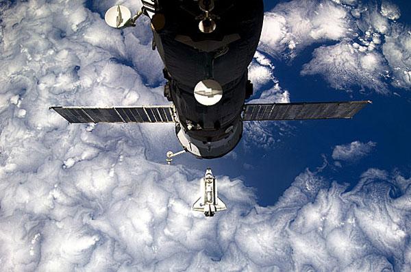 Tàu con thoi Discovery được chụp từ Trạm vũ trụ quốc tế ISS vào ngày 26/2/2011 trong chuyến bay 39 – chuyến bay cuối cùng của Discovery.