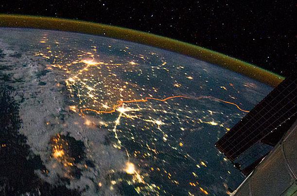Một bức ảnh chụp biên giới liên quan đến các vấn đề về an ninh giữa Ấn Độ - Pakistan ngày 21/ 8 /2011 từ Trạm vũ trụ quốc tế ISS. Biên giới xuất hiện trong ảnh là đường màu cam.