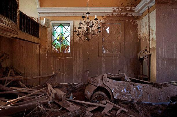 Lở đất ngày 21/1/2011 khiến chiếc xe ô tô lao thẳng vào nhà thờ, làm tắc nghẽn các hoạt động ở thành phố Nova Friburgo, Brazil.