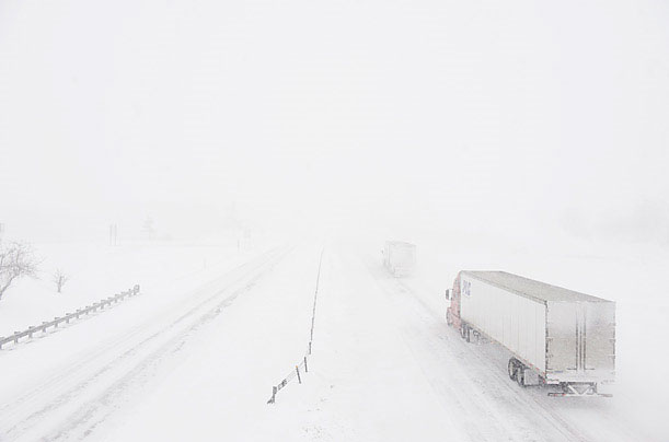 Xe tải gần như biến mất vào tuyết trên đường cao tốc nối liền các tiểu bang I-70 gần Boonville, Missouri, Mỹ. Ảnh chụp vào ngày 1/2/2011.