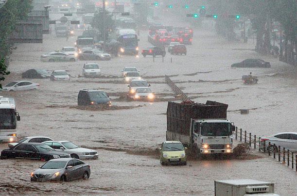 Ô tô bị mắc kẹt trên một xa lộ bị ngập lụt do mưa lớn ở Seoul, Hàn Quốc ngày 27/7/2011.