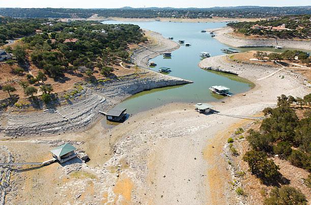 Tàu thuyền bị mắc kẹt trên một con lạch khô Lake Travis, Texas. Mực nước ở đây thấp hơn 8 m so với mức bình thường. Đợt hạn hán này xảy ra vào tháng 8/2011.