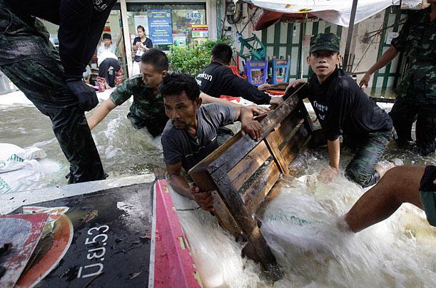 Công nhân và binh lính Thái Lan đang rào lại một đoạn đê để ngăn thủy triều đang dâng lên. Đây là đợt lũ lụt lớn xảy ra ở Bangkok, Thái Lan vào tháng 10/2011.