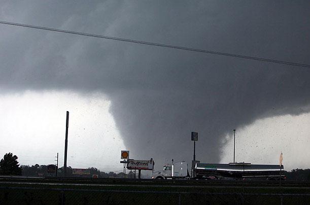 Cơn lốc xoáy ở Tuscaloosa, Ala, Mỹ vào ngày 27/4/2011 đã cướp đi sinh mạng của hàng chục người.