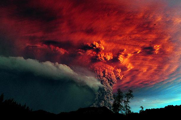 Khói bốc cuồn cuộn từ núi lửa Puyehue vào ngày 5/6/2011, Chile. Đây là lần phun trào đầu tiên của núi lửa này sau nửa thế kỷ.