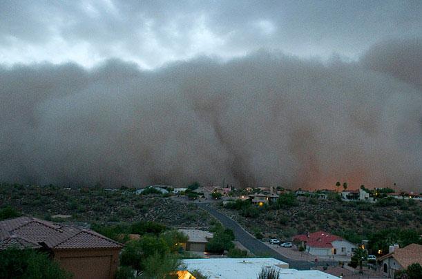 Một đám mây bụi khổng lồ bao phủ vùng ngoại ô của thành phố Arizona, Mỹ ngày 5/7/2011.