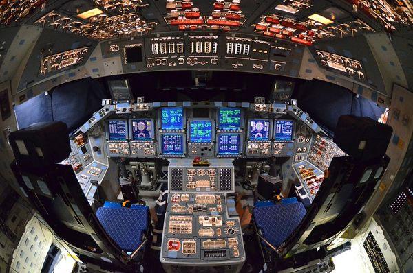 Cận cảnh khoang điều khiển của tàu con thoi Atlantis đang được trưng bày tại Trung tâm vũ trụ Kennedy của NASA ở Florida, Mỹ. Tàu con thoi Atlantis hoàn thành sứ mệnh cuối cùng vào tháng 7/2011.