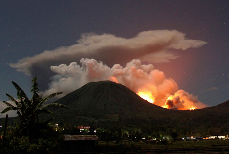 Một núi lửa tỉnh giấc ở Indonesia