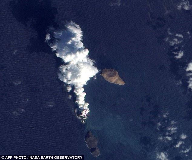 Ảnh được chụp bởi vệ tinh của NASA cho thấy dường như một hòn đảo mới đang được hình thành từ nơi núi lửa phun trào trên Biển Đỏ