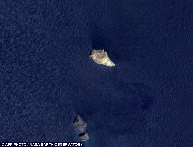 Ảnh chụp ngày 24/10/2007 tại vị trí hòn đảo mới đang hình thành cho thấy không hề có sự tồn tại của nó trước đó.