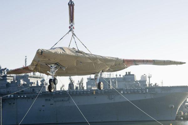 Nhân viên kỹ thuật đưa máy bay X-47B lên boong tàu sân bay USS Harry S. Truman hôm 26/11.