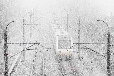 Ga tàu và sân bay của thủ phủ Thẩm Dương, tỉnh Liêu Ninh, phải đóng cửa vì tuyết rơi quá dày.