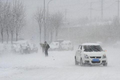 Các con đường cao tốc trong tỉnh phủ đầy tuyết, gây nên cảnh ùn tắc và nhà chức trách cũng phải đóng cửa những con đường này để đảm bảo an toàn.