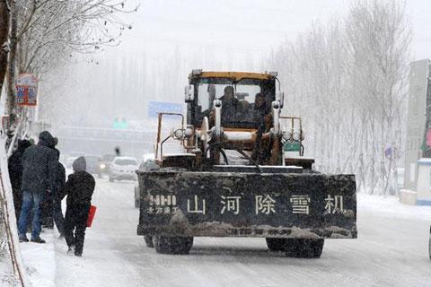 Những xe dọn tuyết chuyên dụng được điều đến nhưng cũng không thể dọn sạch được lòng đường.