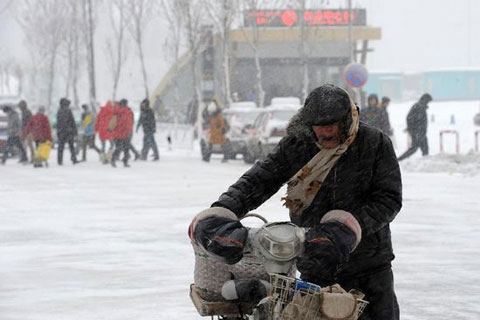 Hơn 11.000 hành khách xe buýt và người lái xe ôtô phải chờ đợi trên đường vì ảnh hưởng của bão tuyết. Các hành khách đi tàu thủy từ cảng Đại Liên tới các vùng lân cận cũng bị hoãn chuyến vì gió mạnh.