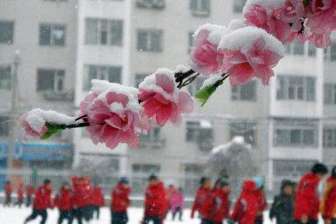 Học sinh tại trường tiểu học ở Cát Lâm vui đùa bất chấp tuyết rơi.