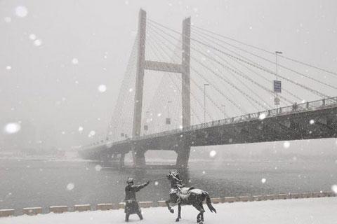 Quang cảnh cây cầu Lâm Giang Môn, cây cầu lớn nhất đông bắc Trung Quốc, trong trận bão tuyết.