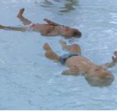 Kinh ngạc trước khả năng bơi của cặp song sinh 9 tháng tuổi