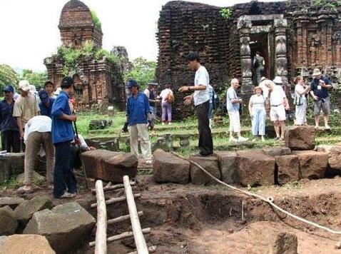 các nhà khảo cổ học tiến hành khai quật dưới lòng đất Mý Sơn đã phát lộ hàng nghìn hiện vật bằng đá sa thạch, gạch ngói…