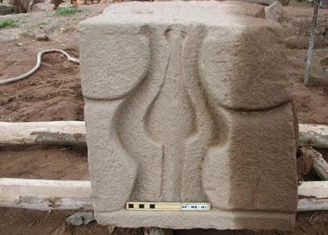 Một kiến trúc bằng đá sa thạch được tìm thấy dưới lòng đất Mỹ Sơn