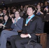 Học sinh Mỹ giành giải thưởng khoa học 100.000 USD