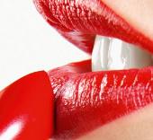Dùng nhiều son môi khiến phụ nữ giảm thông minh?