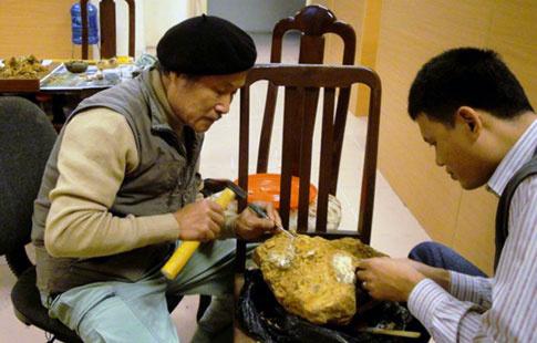 Tiến sĩ khảo cổ Vũ Thế Long (trái) cùng các chuyên gia xem xét, phân tích các mẫu hóa thạch vừa tìm thấy.
