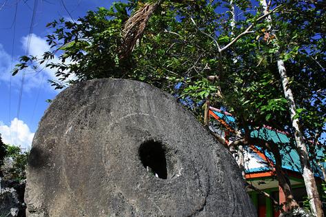 Đồng xu khổng lồ làm từ đá Rai của người dân đảo  Yap, thuộc Micronesia, Thái Bình Dương.