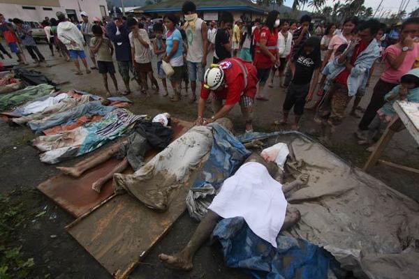 Thi thể nạn nhân cơn bão tại thị trấn New Bataan, thung lũng Compostela, miền Nam Philippines ngày 5/12.