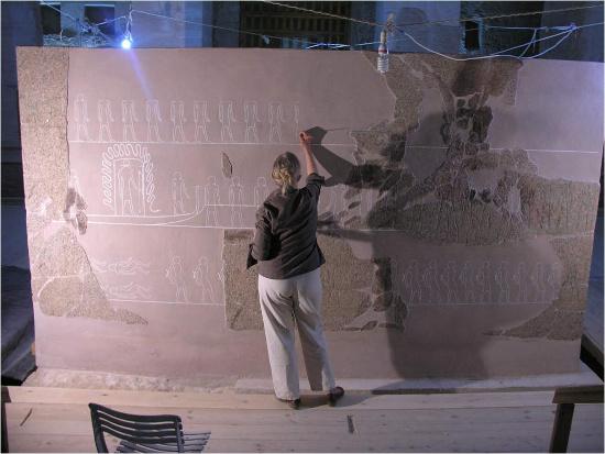 Các nhà khoa học đang tái dựng lại chiếc quan tài bằng đá.