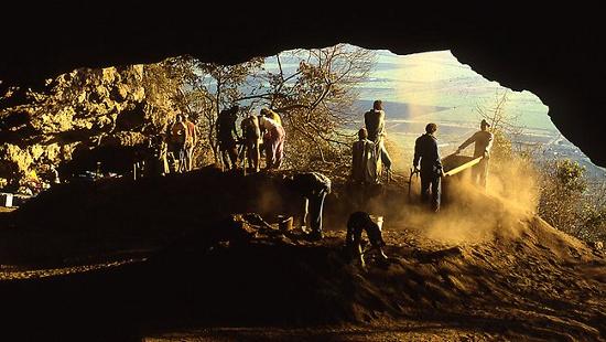 Các nhà khoa học đang tiến hành khai quật hang động Border Cave.