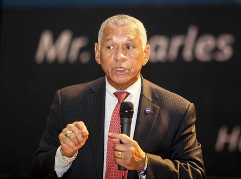 Tổng giám đốc Charles F Bolden.