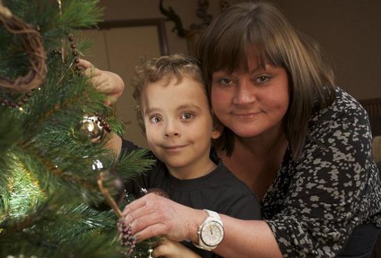 Theo và mẹ Bree bên một cây Giáng sinh giả. Cả hai có thể bị sốc quá mẫn nếu tiếp xúc với lá thông thật.