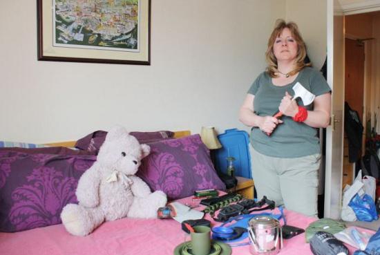 Lo lắng vì tin đồn ngày tận thế sắp tới, một phụ nữ sống ở Anh  chuẩn bị vật dụng mà cô cho rằng chúng sẽ giúp cô sống sót  trong ngày tận thế.