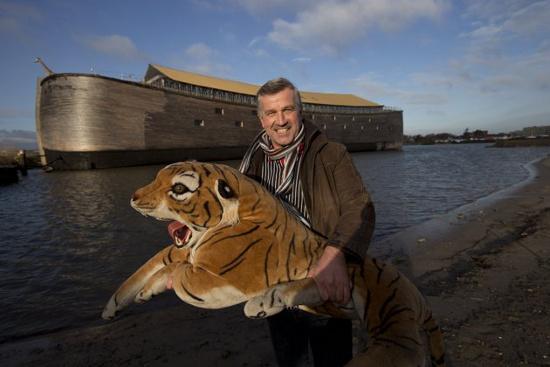 Một phóng viên chụp ảnh trước nhà thờ thuyền Noah
