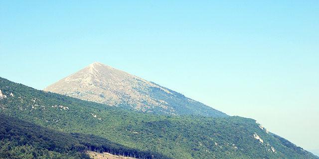 Phần đỉnh của núi Rtanj ở phía đông Serbia có hình dạng giống kim tự tháp.