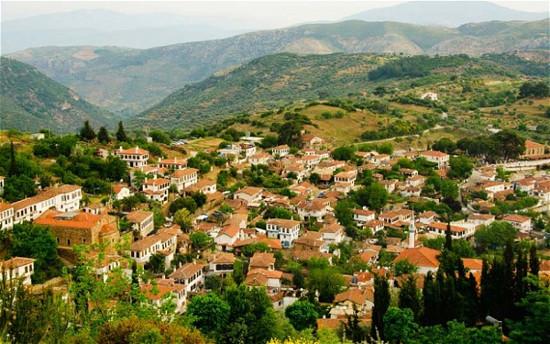 Làng cổ Sirince nổi tiếng bởi những khách sạn hạng sang và rượu vang.
