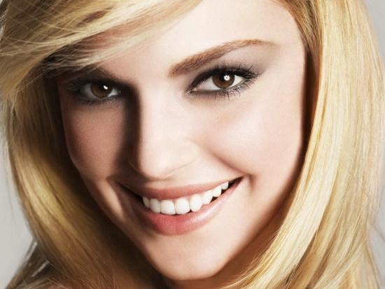Nụ cười phản ứng những cảm xúc tích cực có liên quan tới sự khỏe mạnh về thể chất lẫn tinh thần. Mỉm cười tạo ra các hóa chất có thể làm bạn thấy hạnh phúc hơn, ngay cả khi bạn đang cười một cách gượng gạo.