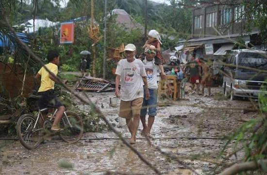 Người dân trở về nhà trong thung lũng Compostela ở miền nam  Philippines sau khi bão Bopha đổ bộ vào ngày 4/12.