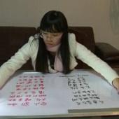 Cô gái Trung Quốc cùng lúc viết bằng hai tay
