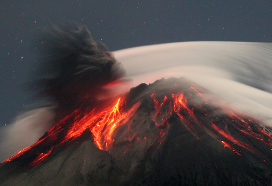 Núi lửa Tungurahua trong một đợt phun trào