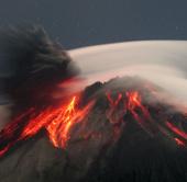 Chính phủ Ecuador nâng cảnh báo núi lửa hoạt động