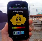 Dùng smartphone đọc ô nhiễm