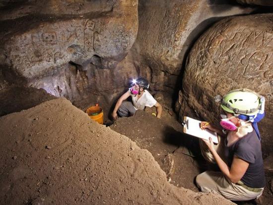 Người Maya cổ khắc vô số biểu tượng lên đá trong một hang.