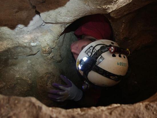 Một thành viên trong đoàn thám hiểm cố gắng chui vào một hang chứa rất nhiều bộ xương dê. Người Maya xưa thờ một linh vật có tên chupacabra. Họ tin rằng chupacabra hút máu dê.