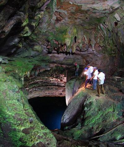 Người dân địa phương chỉ dẫn đoàn thám hiểm cách xuống một hang sâu.