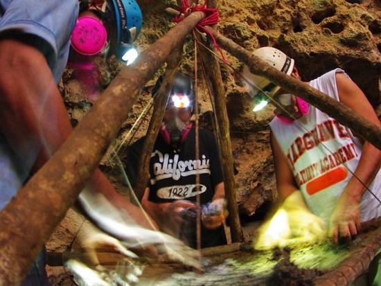 Hai thành viên trong đoàn thám hiểm sàng đất mà họ mang lên từ đáy hang để tìm kiếm những hiện vật mà người Maya cổ để lại.