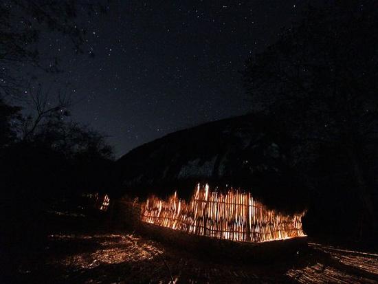Đoàn thám hiểm ngủ trong một lều tranh trong làng Yaxunah, gần vị trí những hang mà họ khám phá. Người Maya ngày nay cũng sống trong những lều tranh như thế này.